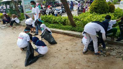 siswa-sd-sedang-praktik-membersihkan-lingkungan-sekitarnya