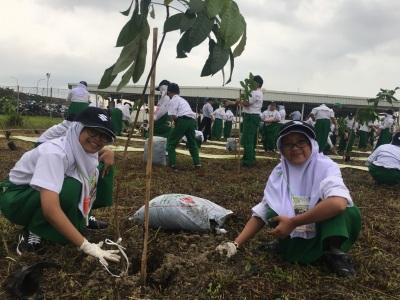 siswa-siswi-sd-al-azhar-syifa-budi-menanam-pohon-bersama-tim-suzuki